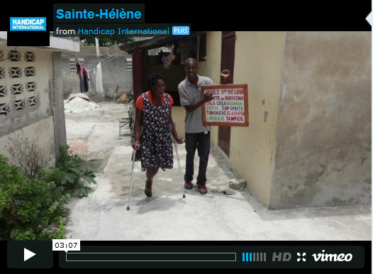 screen video met saint helene op krukken