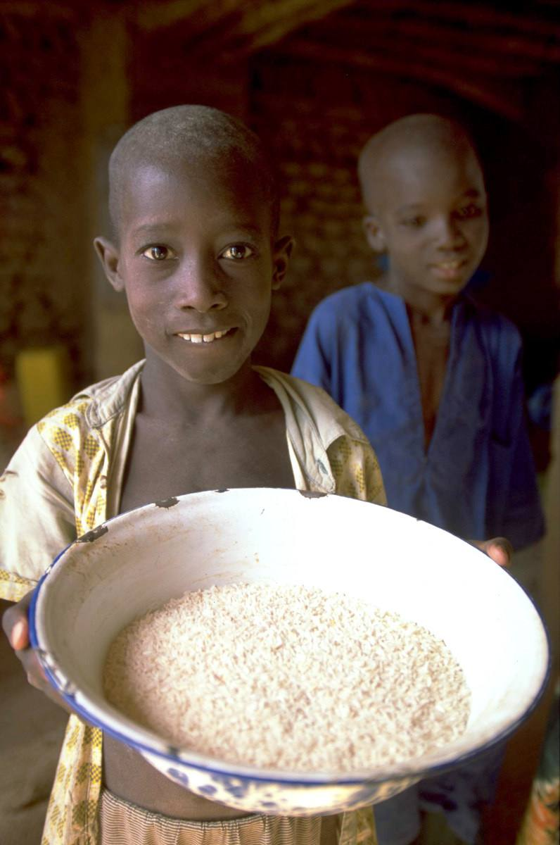 image of children in mali showing a bowl of rice